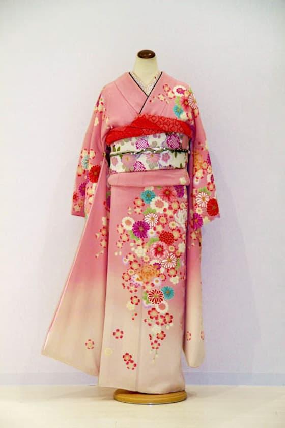 淡いピンク色に小花柄の成人式振袖