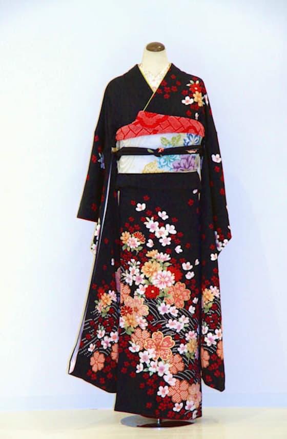 黒地 桜の古典柄振袖