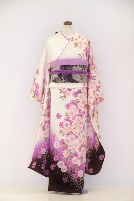 クリーム地の着物にピンクのお花柄振袖