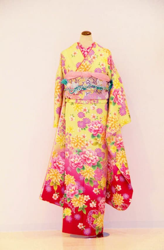 黄色地にビビットなピンクのお花柄振袖