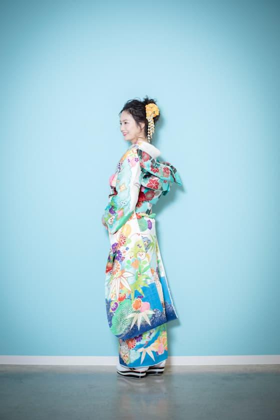 白石麻衣さんプロデュースの白地古典柄振袖