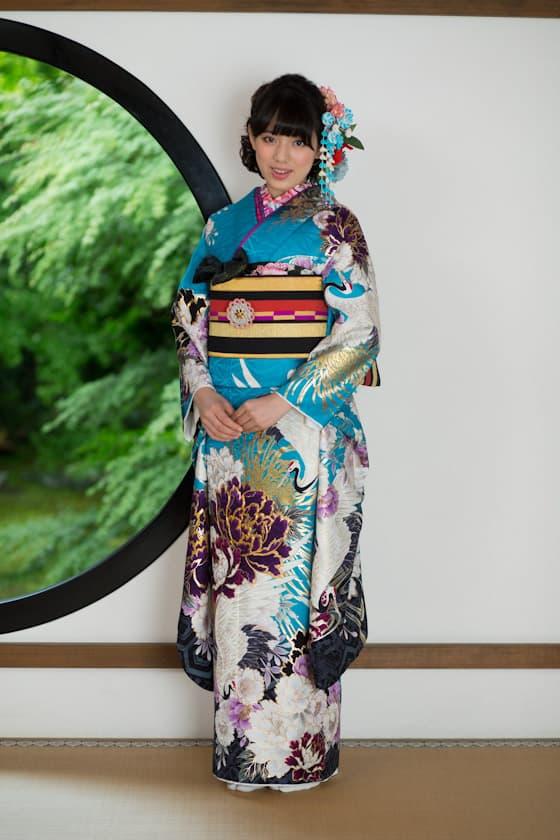 鮮やかなブルー地に鶴の柄が描かれた振袖