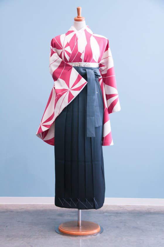 卒業式袴ピンクとクリーム色のレトロでポップな柄