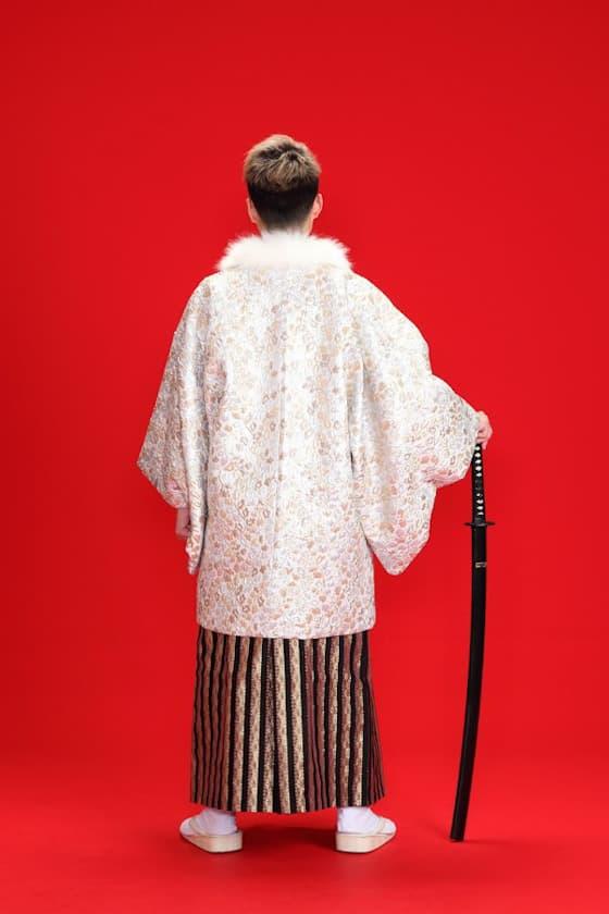 白色の紋付にストライプ柄の袴
