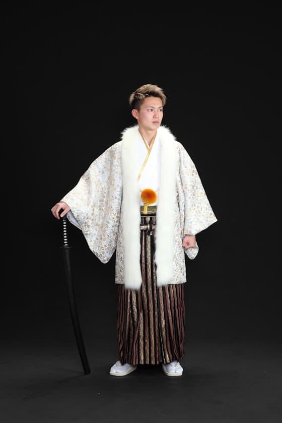 白色の個性的で豪華な成人式の男性用紋付袴