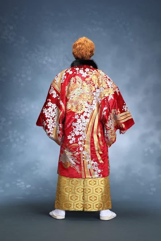 赤色の紋付きにゴールドの袴