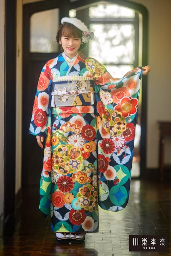 川栄李奈着用 梅柄のレトロな振袖