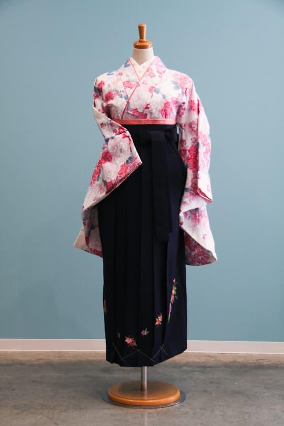 白地にピンクの花柄のキュートな卒業式袴