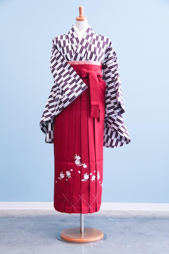 紫矢がすり柄の着物にエンジ色の袴