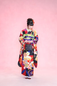 岡田結実さんがモデルの振袖 赤と紫が目を惹く派手なデザイン