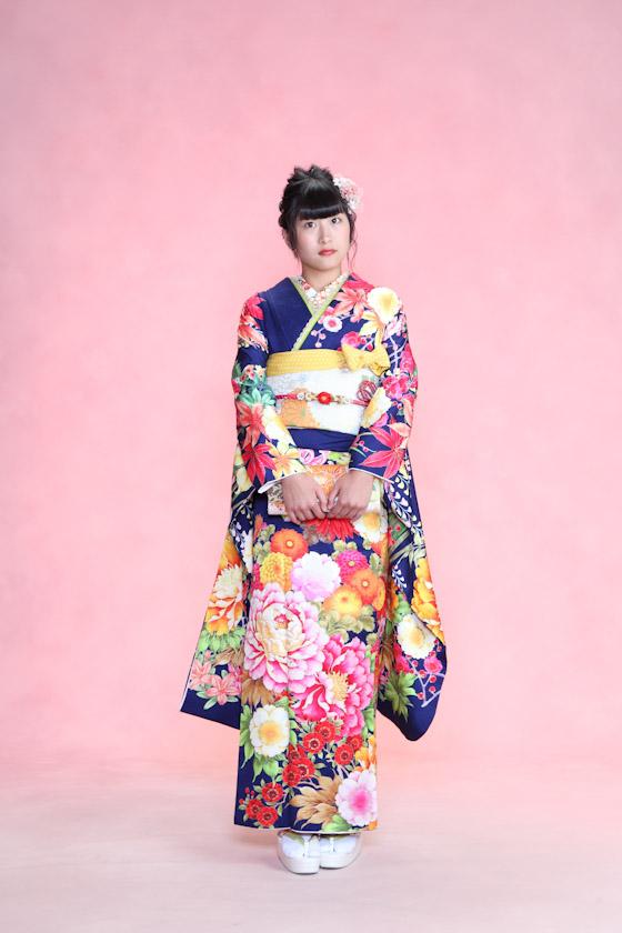 平祐奈さんがモデルの紺色の振袖
