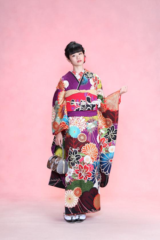 平祐奈モデルの濃紫色のモダンな振袖